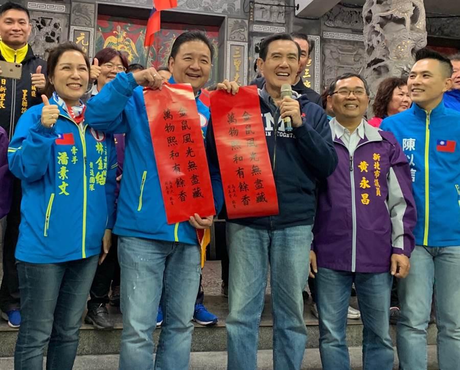 圖為前總統馬英九(右三)去年底在土城三元宮發放親筆春聯,半小時內一掃而空。(資料照,許哲瑗攝)