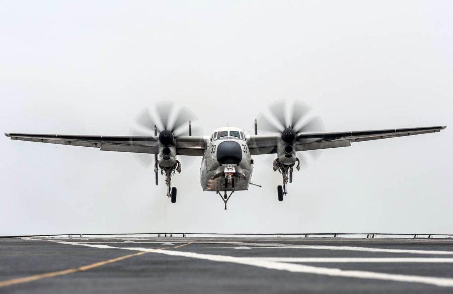 美軍現役的C-2A灰狗運輸機,由E-2C鷹眼預警機衍生而來,不過機身重造加寛,外表較E-2相比,肥胖很多。(圖/美國海軍)