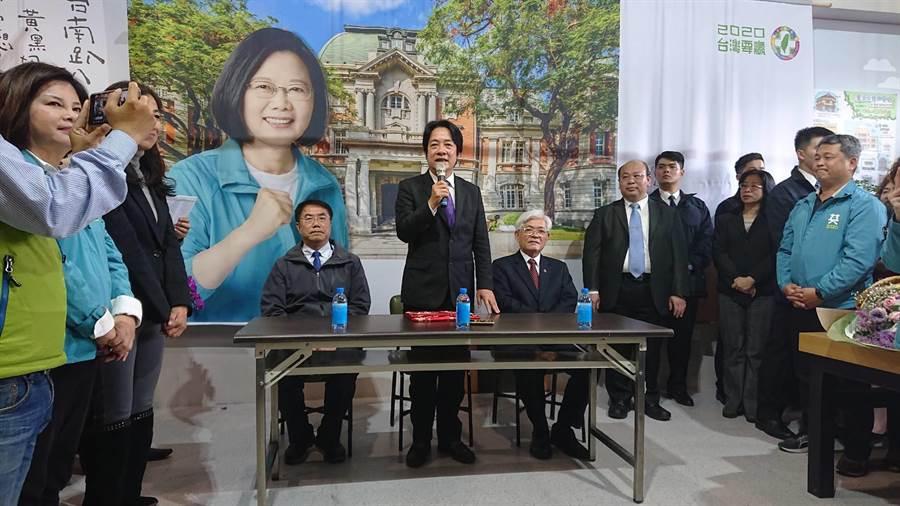 前行政院長賴清德(中)在接過副總統當選證書後,強調蔡英文總統交代他協助台南建設發展,自己聽了很高興。(程炳璋攝)