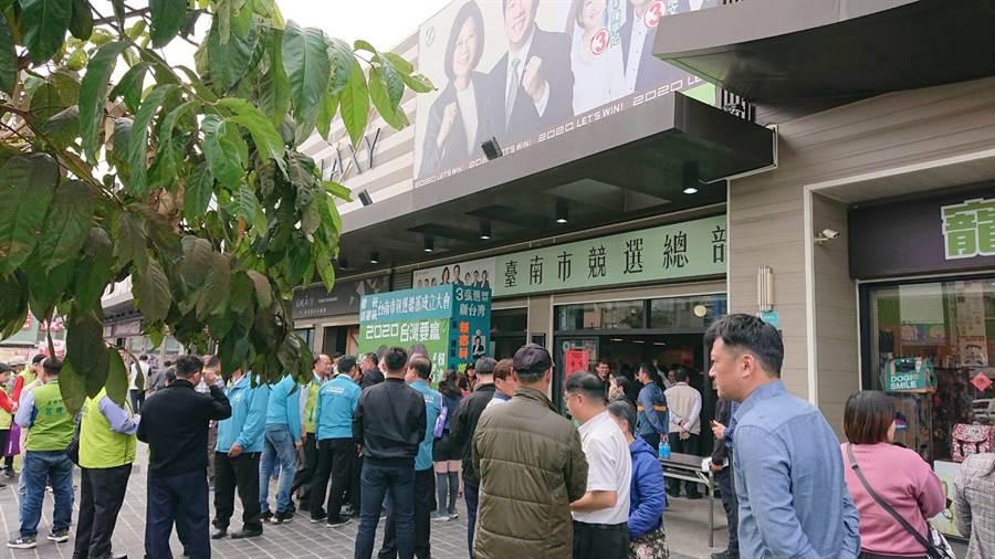 蔡英文台南市競選總部22日出現人潮見證賴清德接受副總統當選證書。(程炳璋攝)
