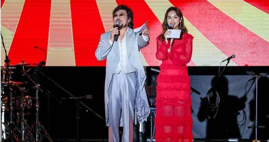 張菲(左)首次合作吳姍儒,兩人一同主持鴻海尾牙。(攝影/焦正德)