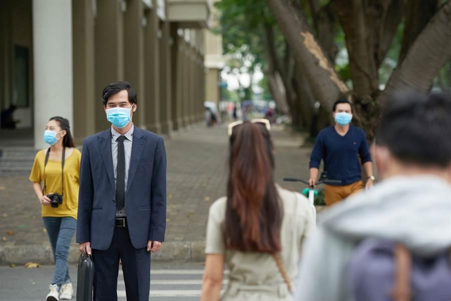 冠狀病毒大多是飛沫傳染,因此戴口罩、勤洗手都是有效的防疫手段。(圖/美聯社)
