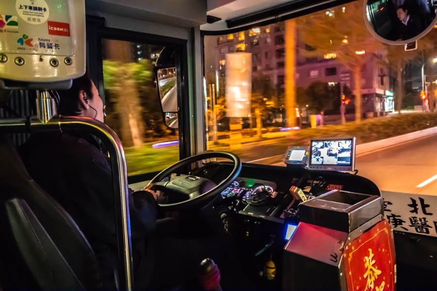原PO的爸爸是公車司機每天早出晚歸要輪班,年終卻只有3000元。(示意圖,達志影像)