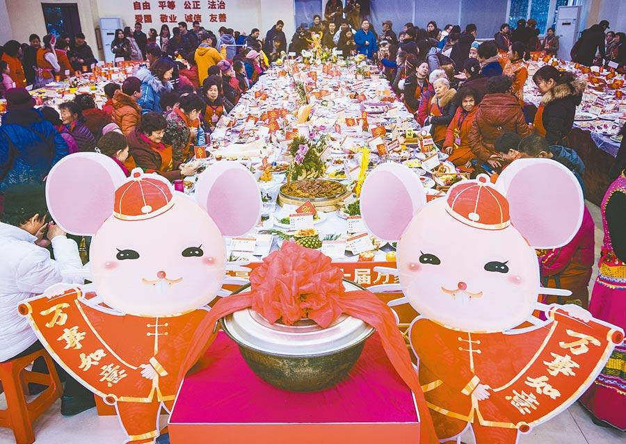 1月19日,湖北武漢百步亭社區舉辦萬家宴,4萬多個家庭參加。(新華社)