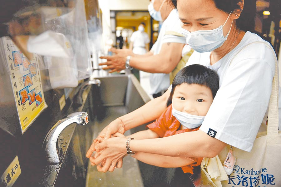 專家強調「戴口罩、勤洗手」是民眾避免感染最佳防護措施。圖為戴口罩的民眾在醫院裡洗手。(新華社資料照片)