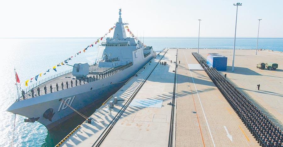 大陸055型萬噸飛彈驅逐艦「南昌號」。(取自新浪微博@群鳴)