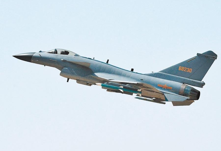 解放軍殲-10C戰機進行飛行訓練。(新華社資料照片)