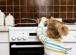 腹黑女傭煮女童小手 父母一看崩潰