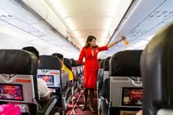 乘客行動不便 女地勤霸氣一抱暖暈