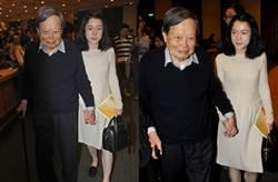 97歲楊振寧同框43歲嬌妻 微笑逛畫展甜蜜動作亮了