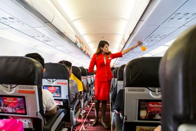 乘客行動不便 女地勤霸氣一抱暖暈(示意圖/ 取自達志影像)