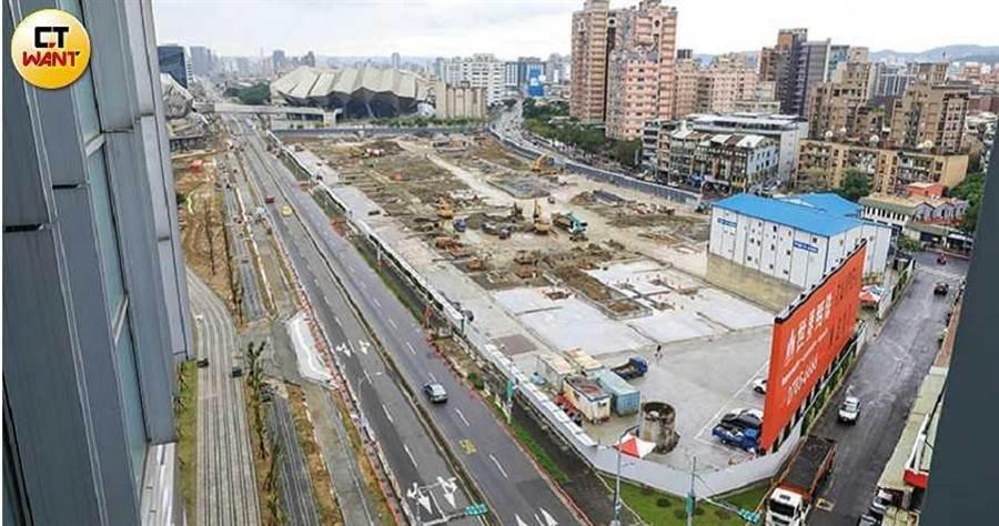 基地廣達9,453坪的世界明珠,擁有高鐵第一站、鄰近台北流行音樂中心及正對萬坪公園綠地的優勢。(圖/馬景平攝)