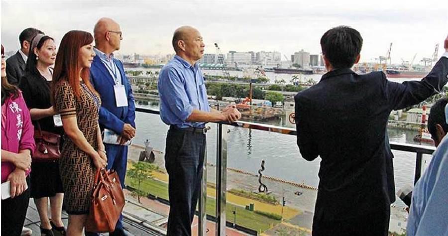 高雄市長韓國瑜承諾在愛河出海口興建的「愛情摩天輪」,讓周邊及愛河第一排的建案具有收藏價值。(圖/高雄市政府提供)