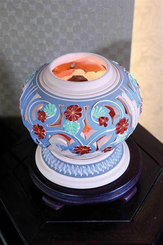 鹽燈可吸收空氣中的溼氣,在風水學上還有避邪、招財的作用。(圖/王永泰攝)