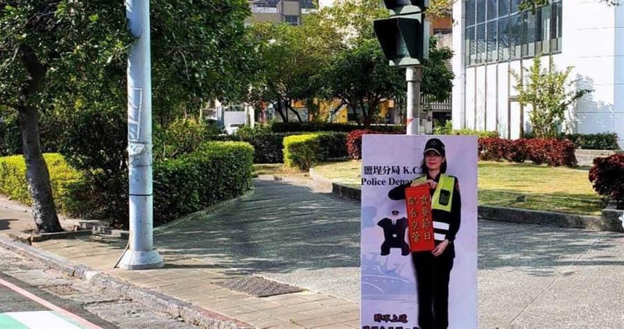 春節期間,高雄市街頭出現正妹警花人形立牌,提醒民眾「醉不上道」。(圖/鹽埕警分局提供)