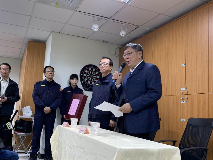 台北市長柯文哲慰勞警消人員。(張薷攝)
