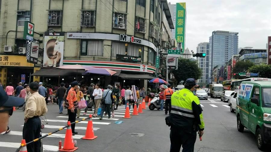新北市長侯友宜今(23日)上午無預警前往建國市場視察。(新北市警察局提供/葉書宏新北傳真)