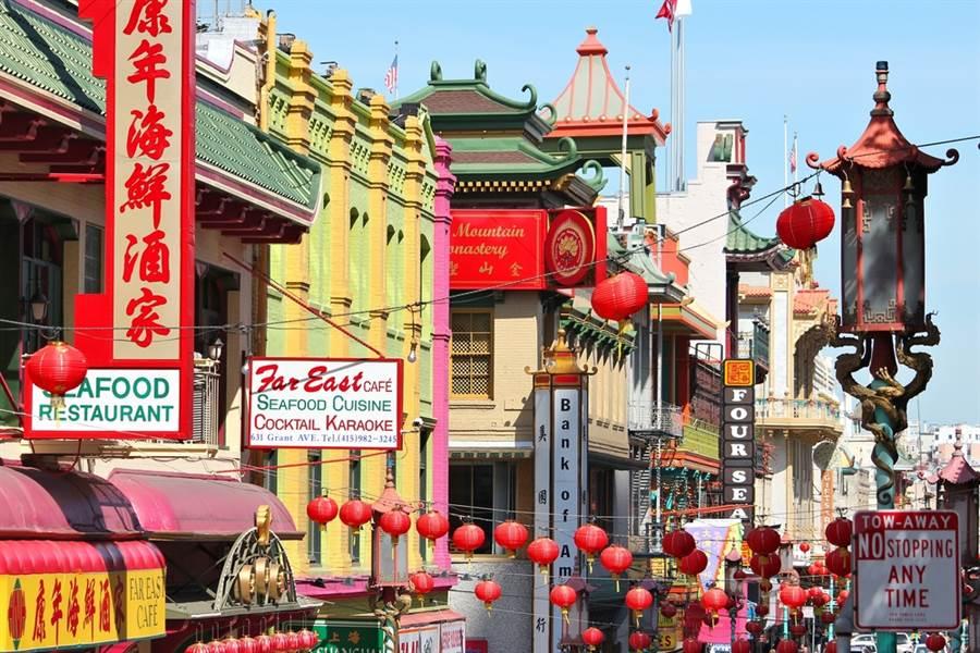 美國中餐廳數量連年減少,主因和移民第二代經濟改善、不願接手有關。圖為美國舊金山唐人街街景。(圖/shutterstock)