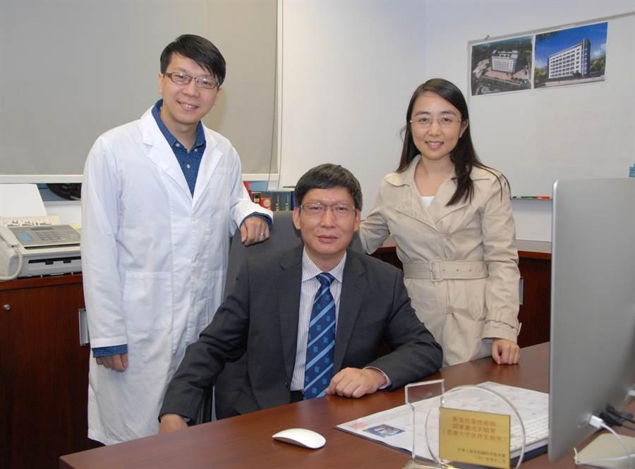 香港大學公共衞生學院於崇光基金教授(病毒學)管軼教授(中)表示,疫情數日即將大爆發,大家要小心,「我經歷過這麼多,從沒有感到害怕過,大部分可控制,但這次我怕了。」(圖/香港大學)