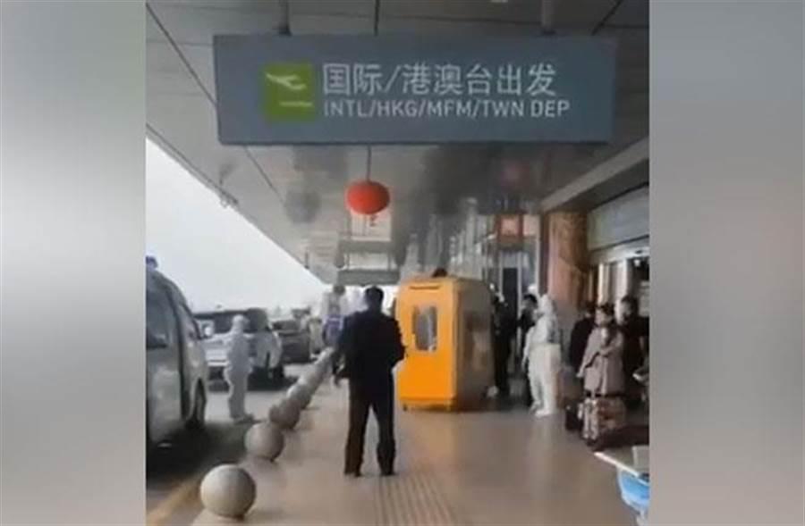 上海虹橋機場也施行緊急手段,發現旅客發燒直接裝箱,隔離送醫檢驗。(圖/蔡正元臉書)