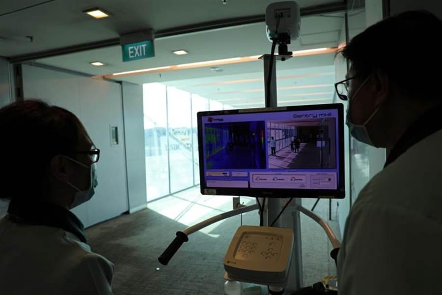 新加坡衛生部今晚確認,出現首例新型冠狀病毒病例。圖為新加坡機場官員審視入境體溫檢測。(路透)