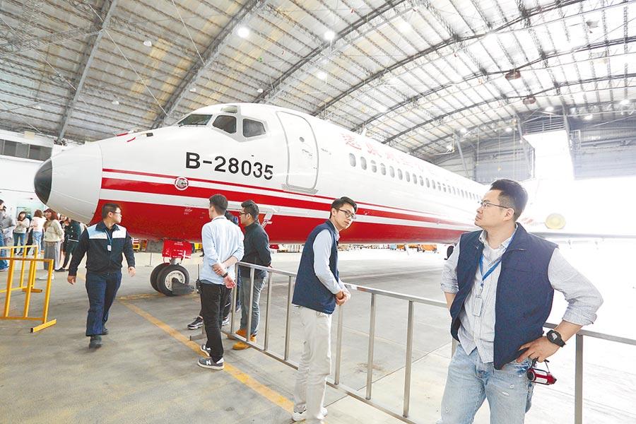 遠東航空停飛至今已42天,董事長張綱維22日與投資人代表召開記者會。(張鎧乙攝)