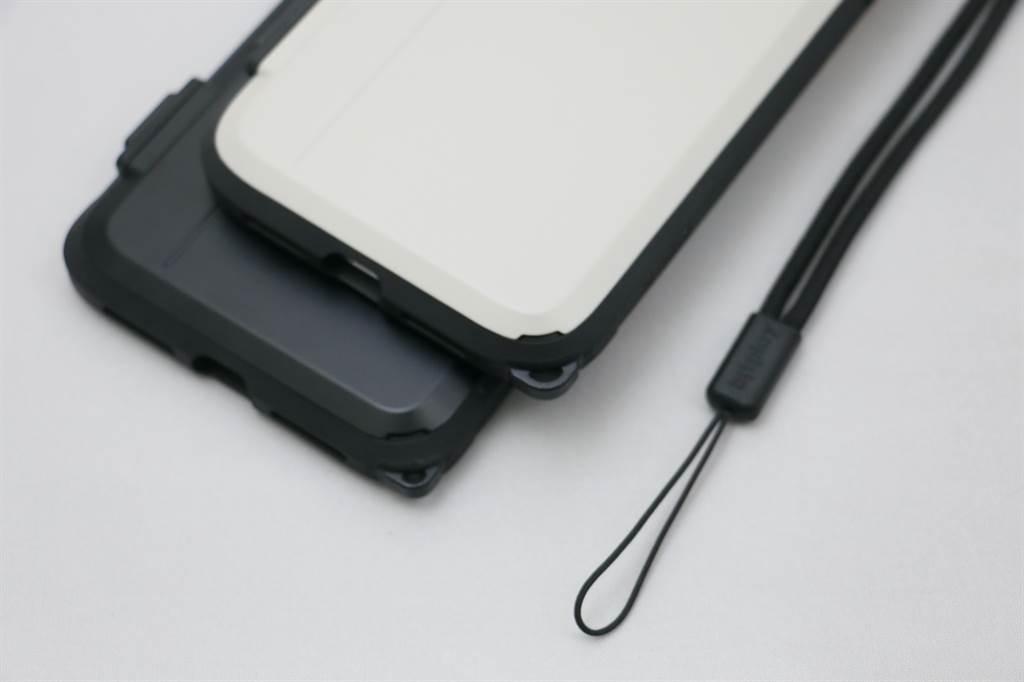 iPhone 11 Pro Max(下)與iPhone 11裝上SNAP! Case後,底部掛飾孔可以接上頸掛繩或是手腕繩。(黃慧雯攝)