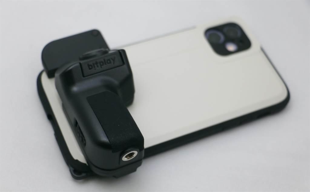 iPhone 11裝上SNAP! Case,以及透過手機固定夾裝上SNAP! Grip藍牙快門手把的樣子。(黃慧雯攝)