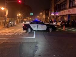 警車追闖紅燈轎車  遭小貨車攔腰撞上