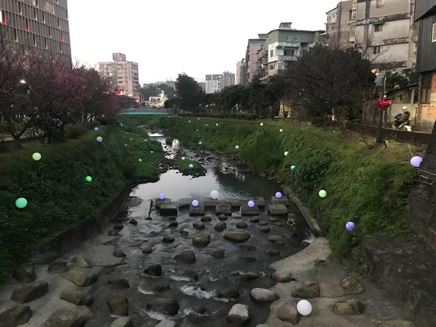 球形燈飾如同珍珠四處灑落相當夢幻。(圖取自新北市景觀處官網)