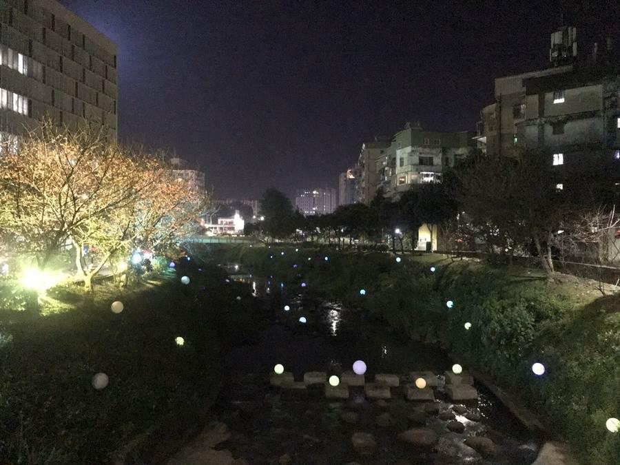 利用溪澗地勢將球形燈飾滿布於溪底及邊坡呈現童話般的迷幻風情。(圖取自新北市景觀處官網)