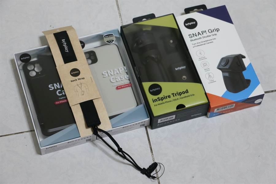 bitplay for iPhone 11保護殼、腳架、藍牙手把與頸掛繩。(黃慧雯攝)