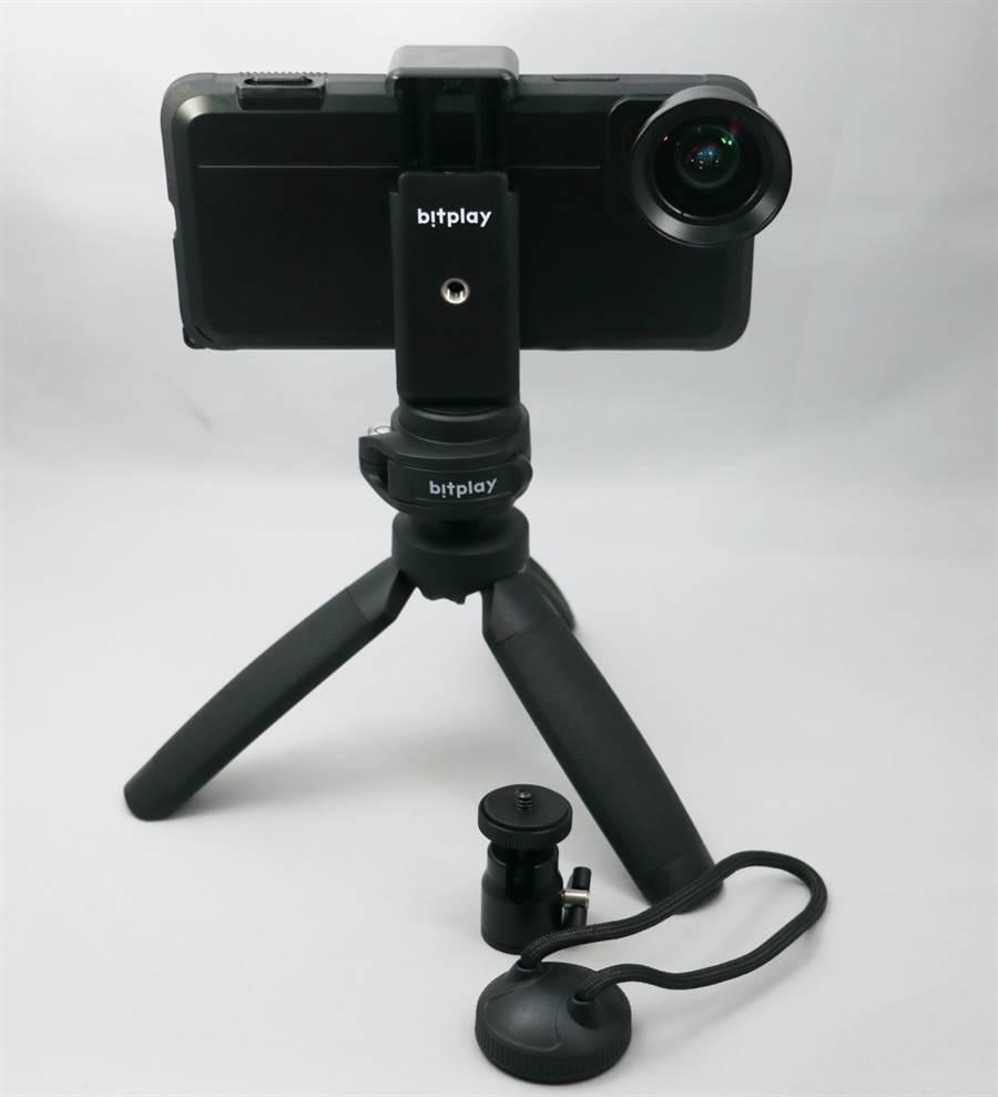 手機裝上SNAP! Case再加上外接鏡頭,仍可安穩架設在bitplay多角度腳架上。(黃慧雯攝)