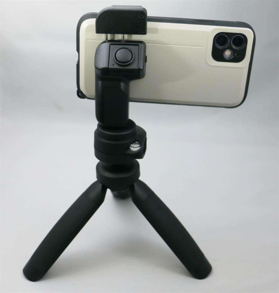 手機裝上SNAP! Grip藍牙快門手把後可輕鬆架設在腳架上(腳架水平未調,請見諒)。(黃慧雯攝)