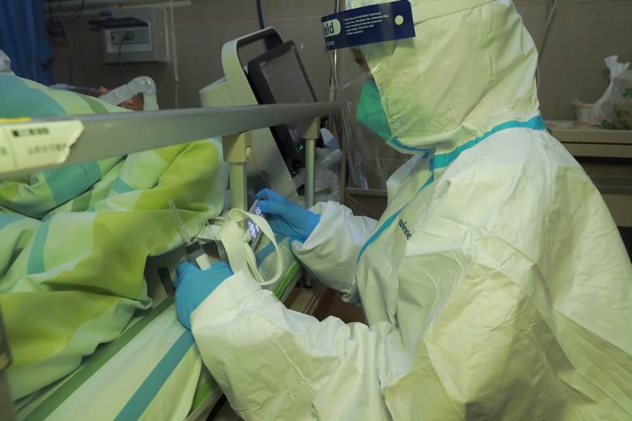 武漢大學中南醫院全力救治新型冠狀病毒感染的肺炎患者。圖為搶救重症患者。(圖文/中新社)