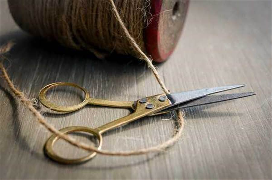 不要用針線或剪刀。(圖/pixabay)