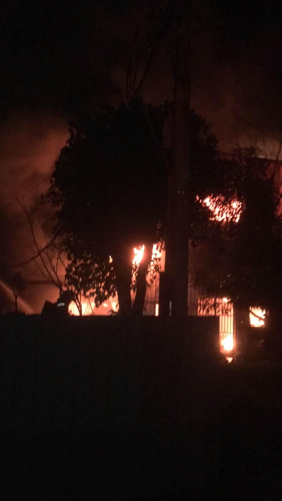 新北泰山慈濟環保站大火烈焰沖天。(讀者提供/吳家詮傳真)