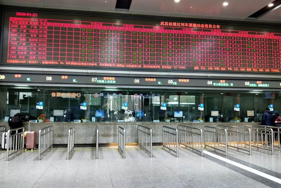 武漢車站停止發車,售票大廳內空蕩蕩。(圖/中新社)