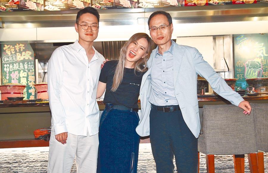 出身韓國華僑的孫盛希(中)來臺追音樂夢,爸爸(右)和弟弟(左)大力支持。(資料照片)