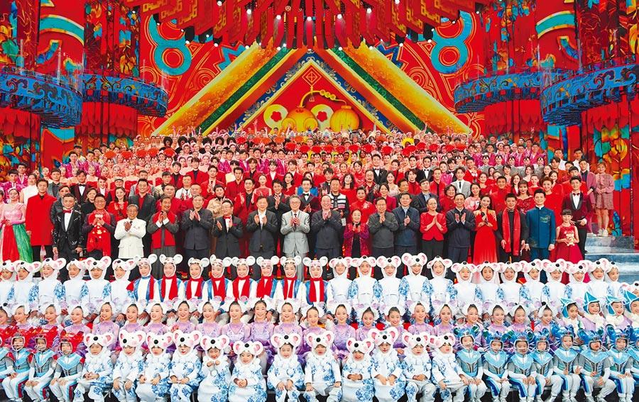 央視春晚22日彩排現場,中共中宣部部長黃坤明拜早年。(新華社)