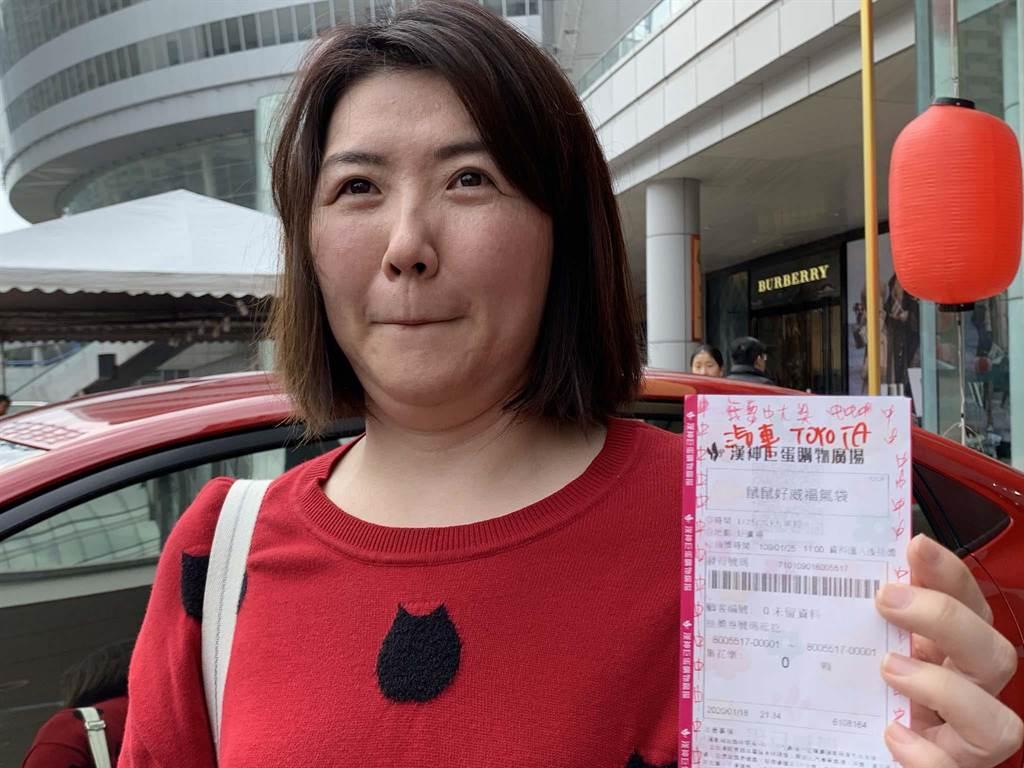 上班族黃小姐花300元幸運抽中漢神巨蛋福袋,她透露,在摸彩券上頭寫上「我要中大獎」、「中中中」,沒想到真的有用。(柯宗緯攝)