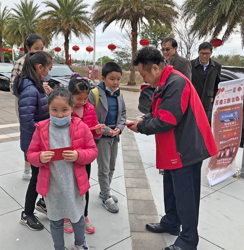 洪允典議長現場發放「美金」紅包,受到小朋友的熱烈歡迎。(李金生攝)