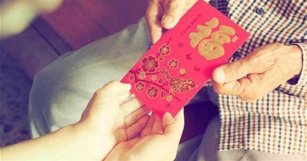 給老人的錢才是「壓歲錢」,意思是壓住歲數,不再增長年紀,保持長壽之意。(圖/shutterstock)