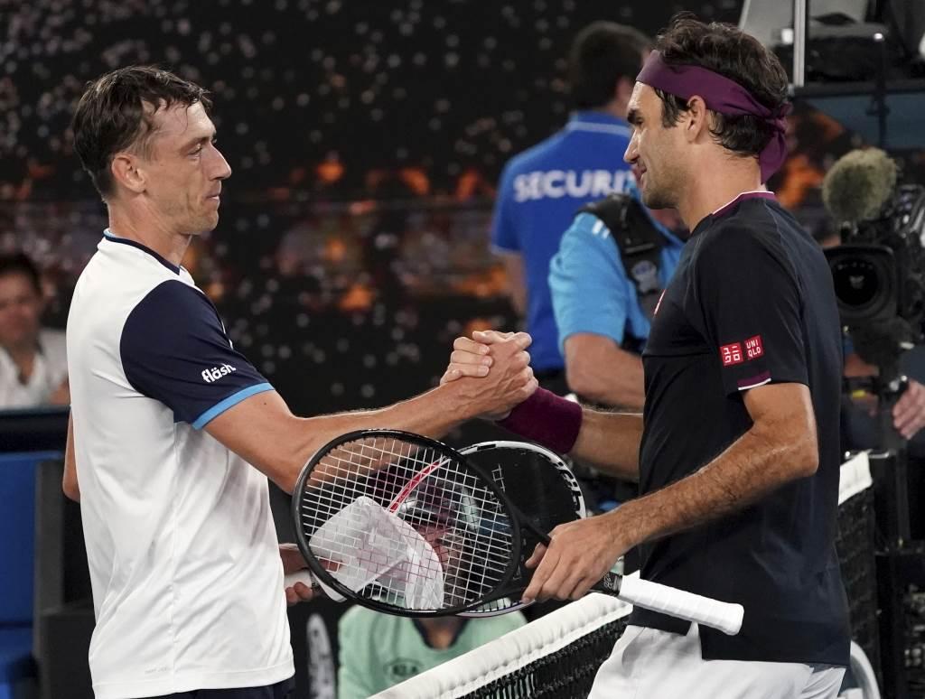 費德勒(右)在澳網男單大逆轉擊敗澳洲選手米爾曼。(美聯社資料照)