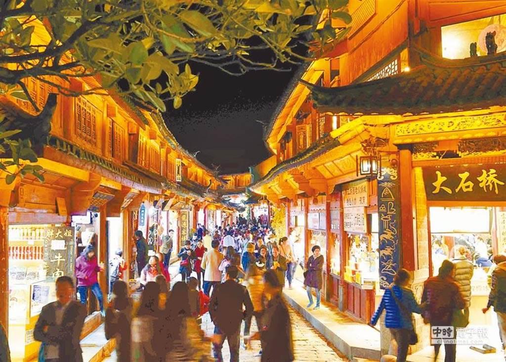 麗江古城夜未眠,店家燈火明亮,遊客逗留閒逛。(新華社)