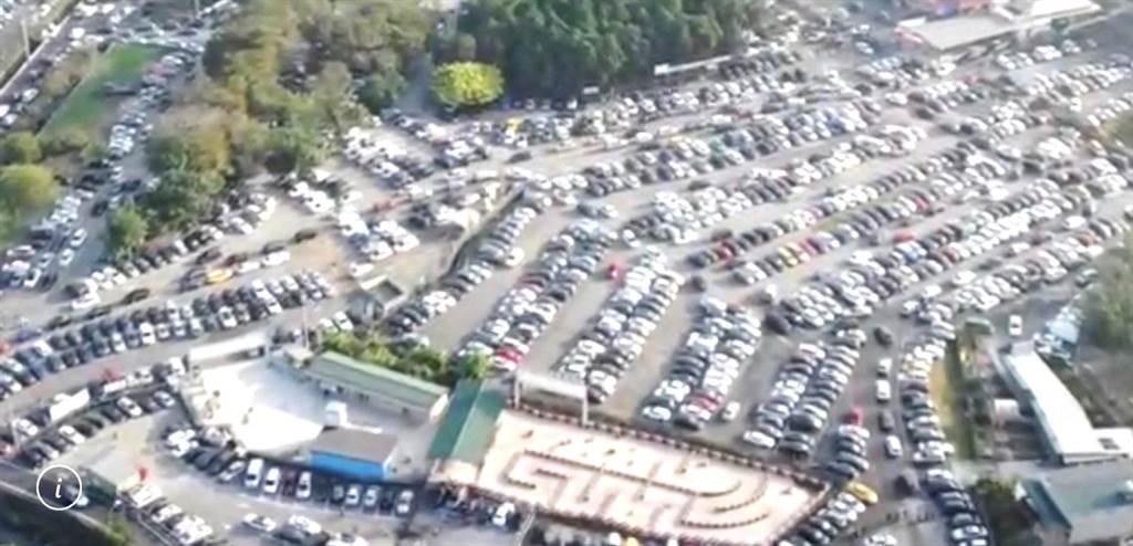 ▲紫南宮的周邊所有停車場一早即現爆滿,一位難求。(紫南宮提供/楊樹煌南投傳真)
