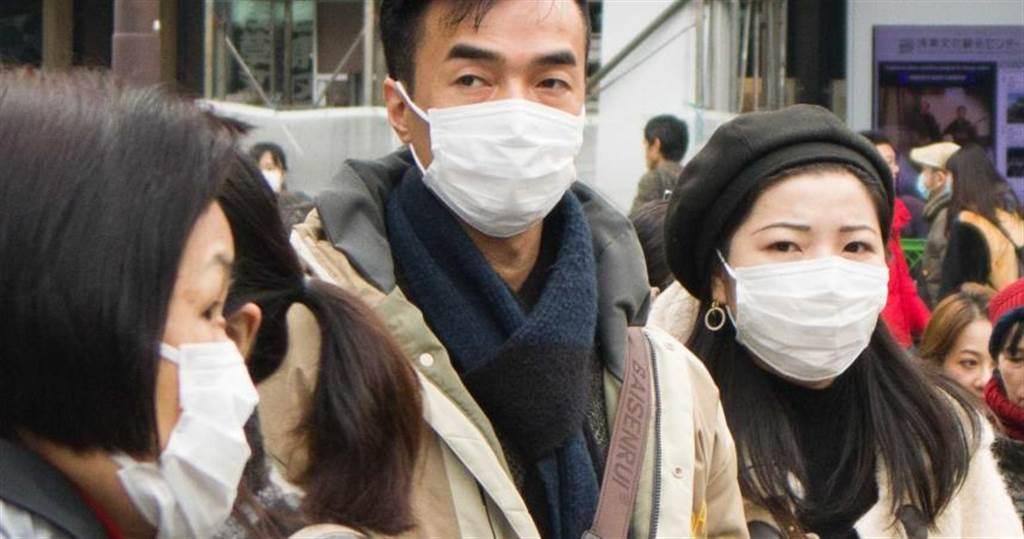 武漢肺炎已出現人傳人病例,民眾出門紛紛戴上口罩預防病毒。(圖/黃威彬攝)