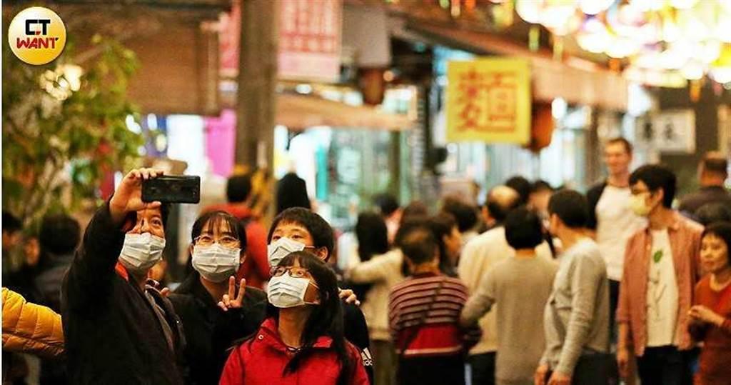 許多民眾在年夜飯後到燈會逛街,因應武漢肺炎疫情,有許多民眾戴著口罩出遊。(圖/鄭清元攝)