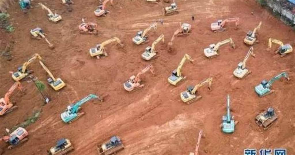 為了在6天內蓋出「火神山醫院」,大陸調動上百台挖土機整地。(圖/翻攝自新華網)
