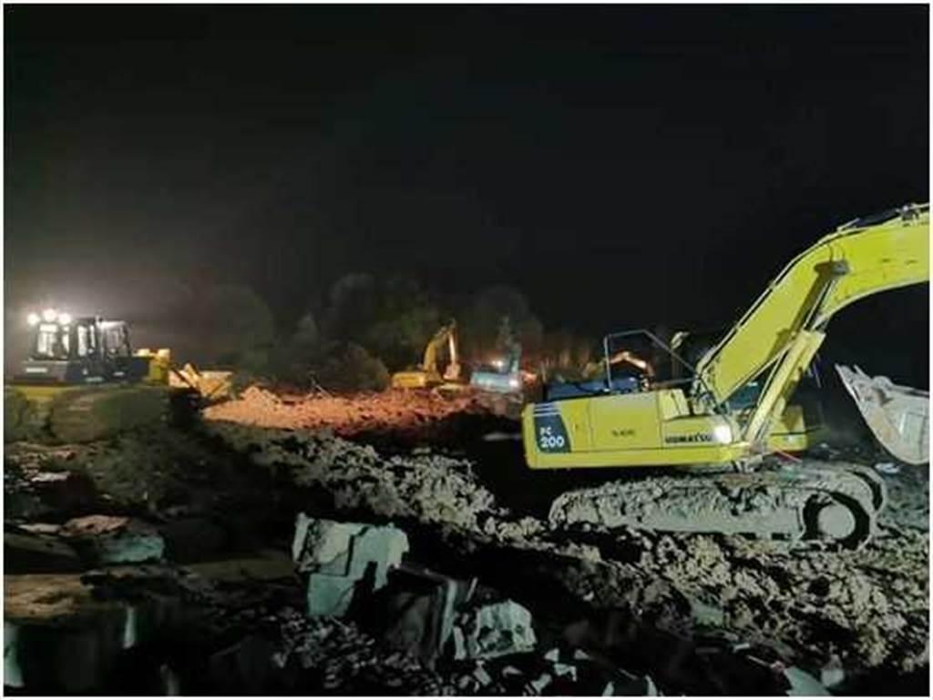 挖土機通宵趕工,為了達成6天蓋出醫院的目標。(圖/翻攝自新華網)